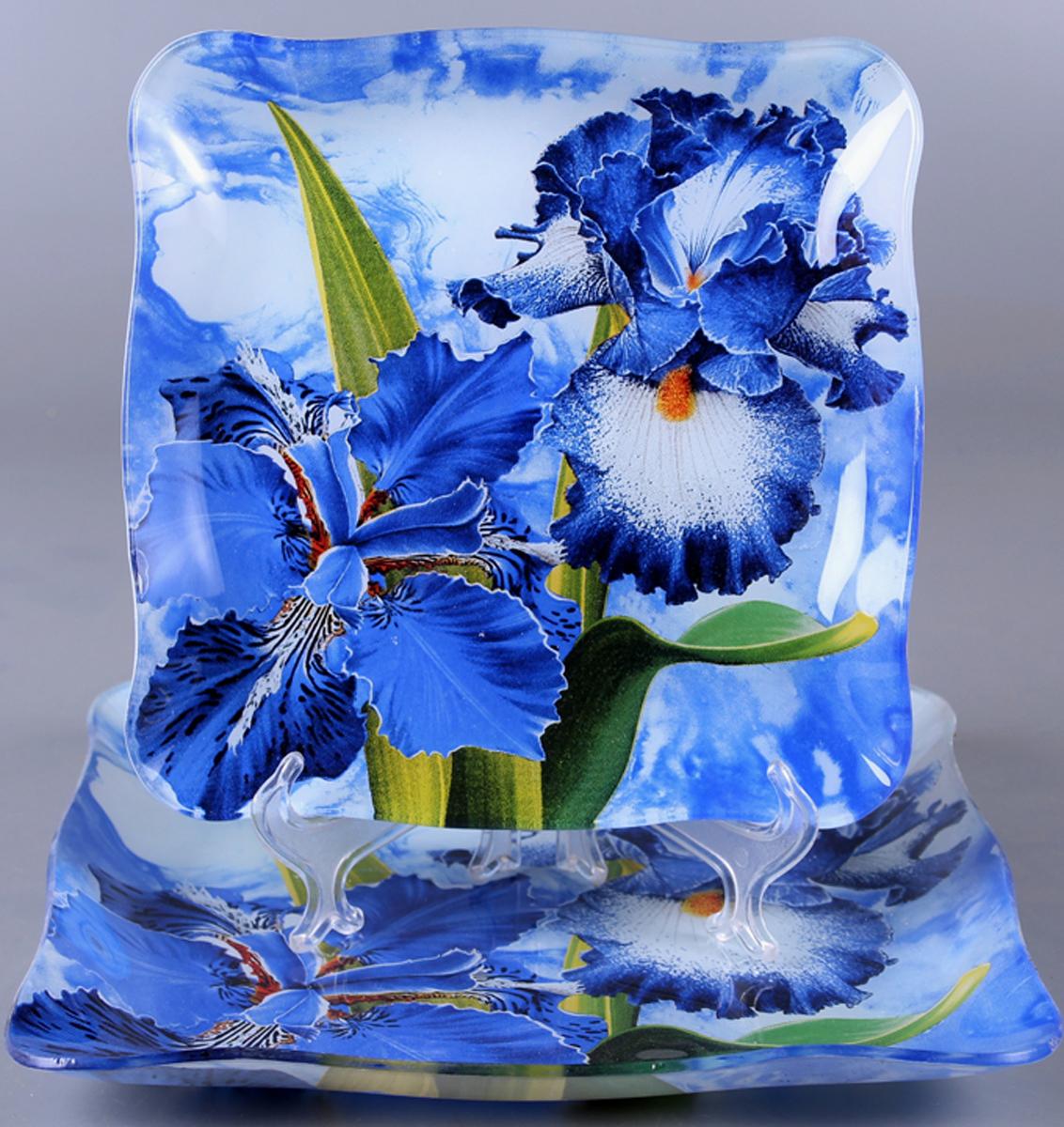 Набор блюд Olaff Цветы, 2 предметаZY-MD-TEME-854Набор Olaff Цветы состоит из двух квадратных блюд разных размеров. Блюда, изготовленные из высококачественного стекла, оформлены рельефным краем и красочным изображением ирисов.Такие блюда сочетают в себе изысканный дизайн с максимальной функциональностью. Оригинальность оформления придется по вкусу тем, кто предпочитает утонченность и изящность. Набор блюд Olaff Цветы украсит сервировку вашего стола и подчеркнет прекрасный вкус хозяйки, а также станет отличным подарком.Размер блюда (по верхнему краю): 21 х 21 см; 26 х 26 см.