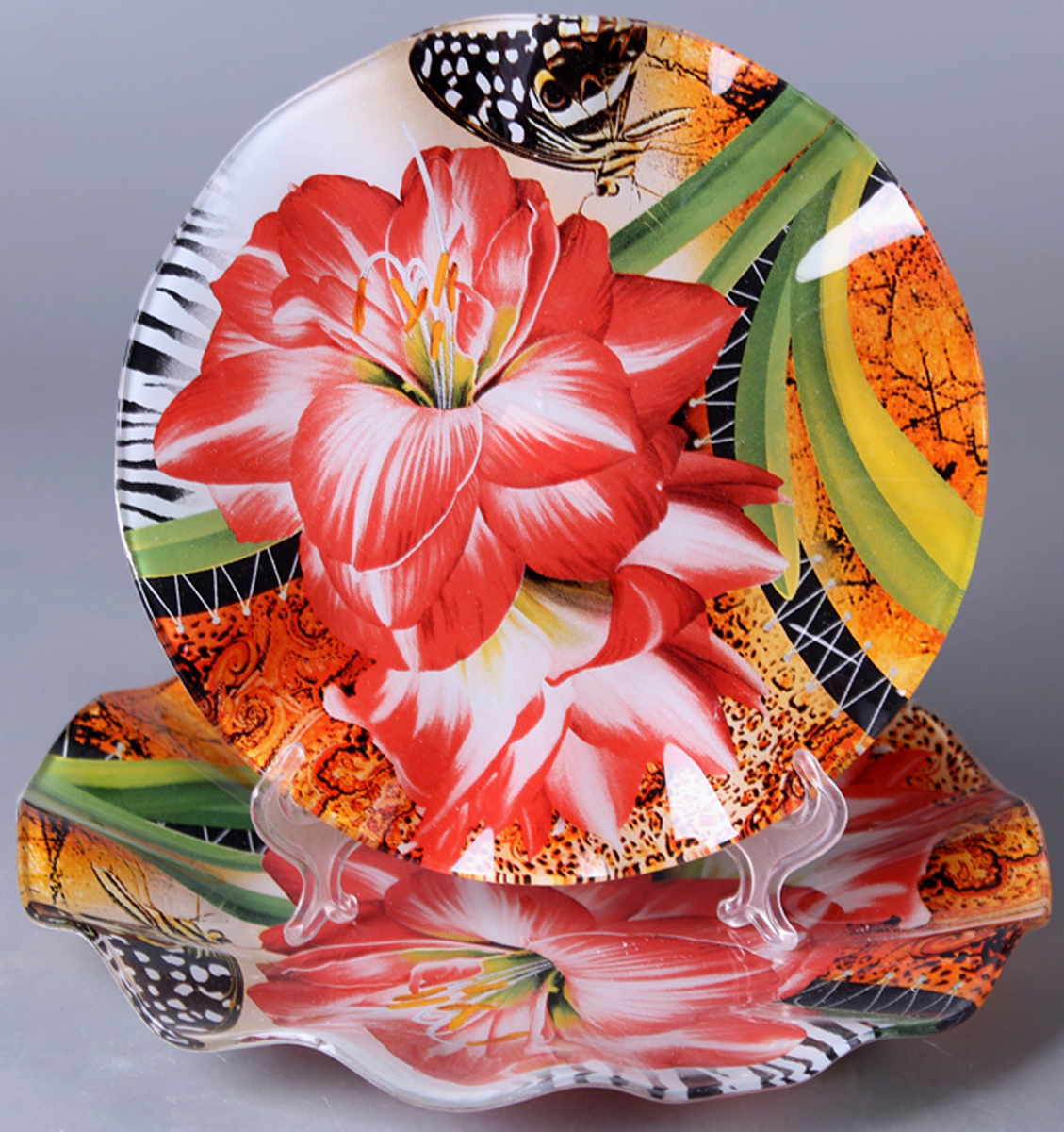 Набор блюд Olaff Цветы, 2 предмета. ZY-MD-TEYB-794ZY-MD-TEYB-794Набор Olaff Цветы состоит из двух круглых блюд разного диаметра. Блюдо, изготовленное из высококачественного стекла, оформлено рельефным краем и красочным изображением цветов.Такое блюдо сочетает в себе изысканный дизайн с максимальной функциональностью. Оригинальность оформления придется по вкусу тем, кто предпочитает утонченность и изящность. Красивое блюдо украсит сервировку вашего стола и подчеркнет прекрасный вкус хозяйки, а также станет отличным подарком.Набор: 2 круглых блюда. Диаметр:21 см, 26 см.