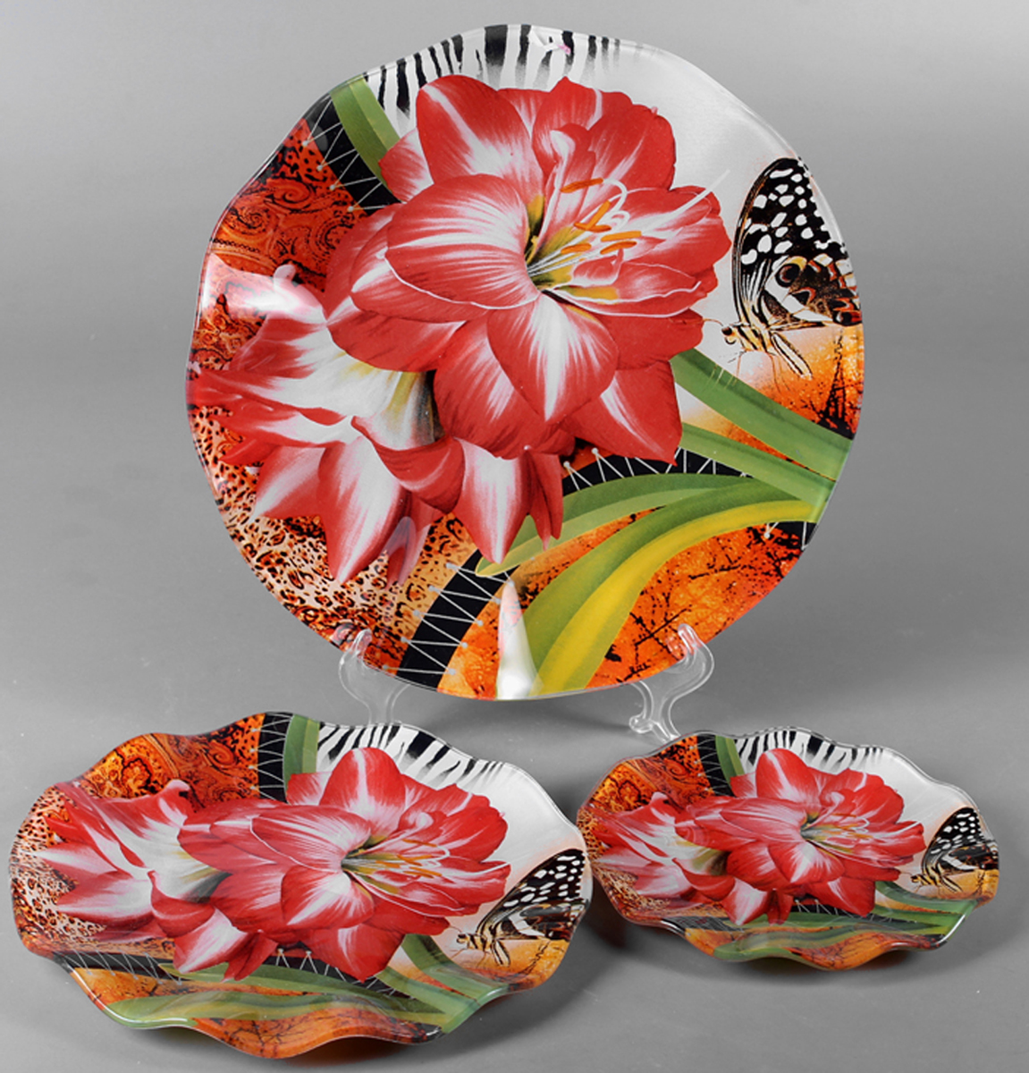Набор блюд Olaff Цветы, 3 предмета. ZY-MD-TSYB-794ZY-MD-TSYB-794Набор Olaff Цветы состоит из трех круглых блюд разного диаметра. Блюдо, изготовленное из высококачественного стекла, оформлено рельефным краем и красочным изображением цветов. Такое блюдо сочетает в себе изысканный дизайн с максимальной функциональностью. Оригинальность оформления придется по вкусу тем, кто предпочитает утонченность и изящность. Красивое блюдо украсит сервировку вашего стола и подчеркнет прекрасный вкус хозяйки, а также станет отличным подарком.Набор: 3 круглых блюда.Диаметр: 16 см, 21 см, 26 см.