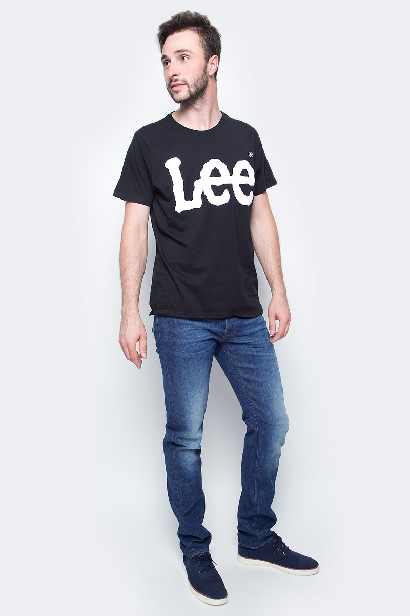 Джинсы мужские Lee, цвет: синий. L706CDJW. Размер 34-36 (50-36)L706CDJWМужские джинсы Lee выполнены из натурального хлопка с дабавлением эластана. Прямые джинсы классической посадки застегиваются на пуговицу в поясе и ширинку на застежке-молнии, имеются шлевки для ремня. Джинсы имеют классический пятикарманный крой: спереди модель дополнена двумя втачными карманами и одним маленьким накладным кармашком, а сзади - двумя накладными карманами.