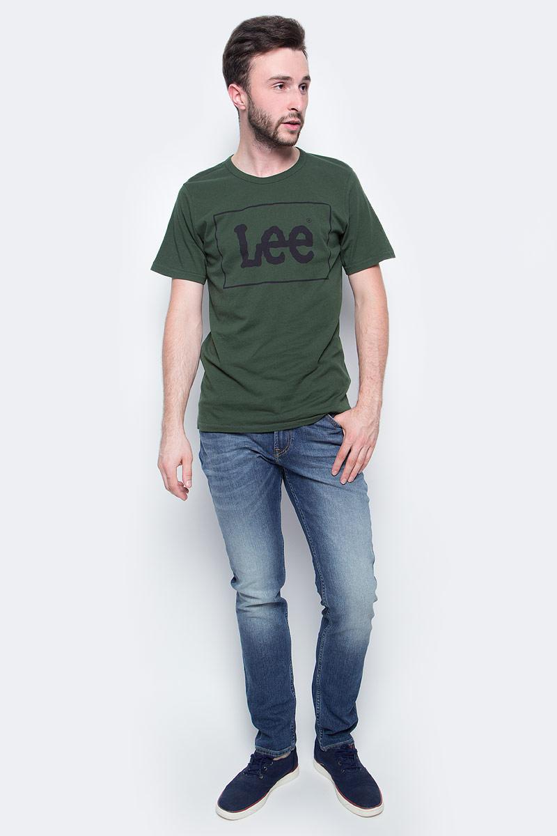 Джинсы мужские Lee, цвет: синий. L701DXEN. Размер 40-34 (56-34)L701DXENМужские джинсы Lee выполнены из натурального хлопка с дабавлением эластана. Прямые джинсы классической посадки застегиваются на пуговицу в поясе и ширинку на застежке-молнии, имеются шлевки для ремня. Джинсы имеют классический пятикарманный крой: спереди модель дополнена двумя втачными карманами и одним маленьким накладным кармашком, а сзади - двумя накладными карманами.