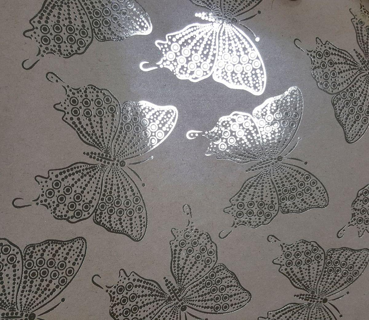 Крафт бумага Magic Time Золотые бабочки, немелованная, 100 х 70 см76683Крафт бумага для сувенирной продукции ЗОЛОТЫЕ БАБОЧКИ от Magic Time - это стильный и практичный вариант упаковки подарка. Авторский дизайн, красочное изображение, тематический рисунок - все слагаемые оригинального оформления подарка. Окружите близких людей вниманием и заботой, эффектно вручив презент в нарядном, праздничном оформлении.