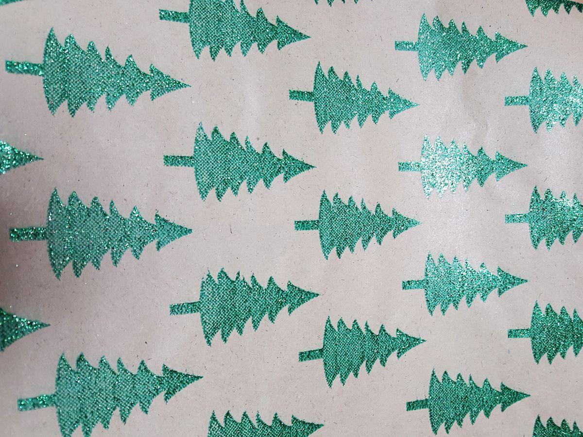 Крафт бумага Magic Time Зеленые елочки, немелованная, 100 х 70 см76692Крафт бумага для сувенирной продукции Magic Time - это стильный и практичный вариант упаковки подарка. Авторский дизайн, красочное изображение, тематический рисунок - все слагаемые оригинального оформления подарка. Окружите близких людей вниманием и заботой, эффектно вручив презент в нарядном, праздничном оформлении.