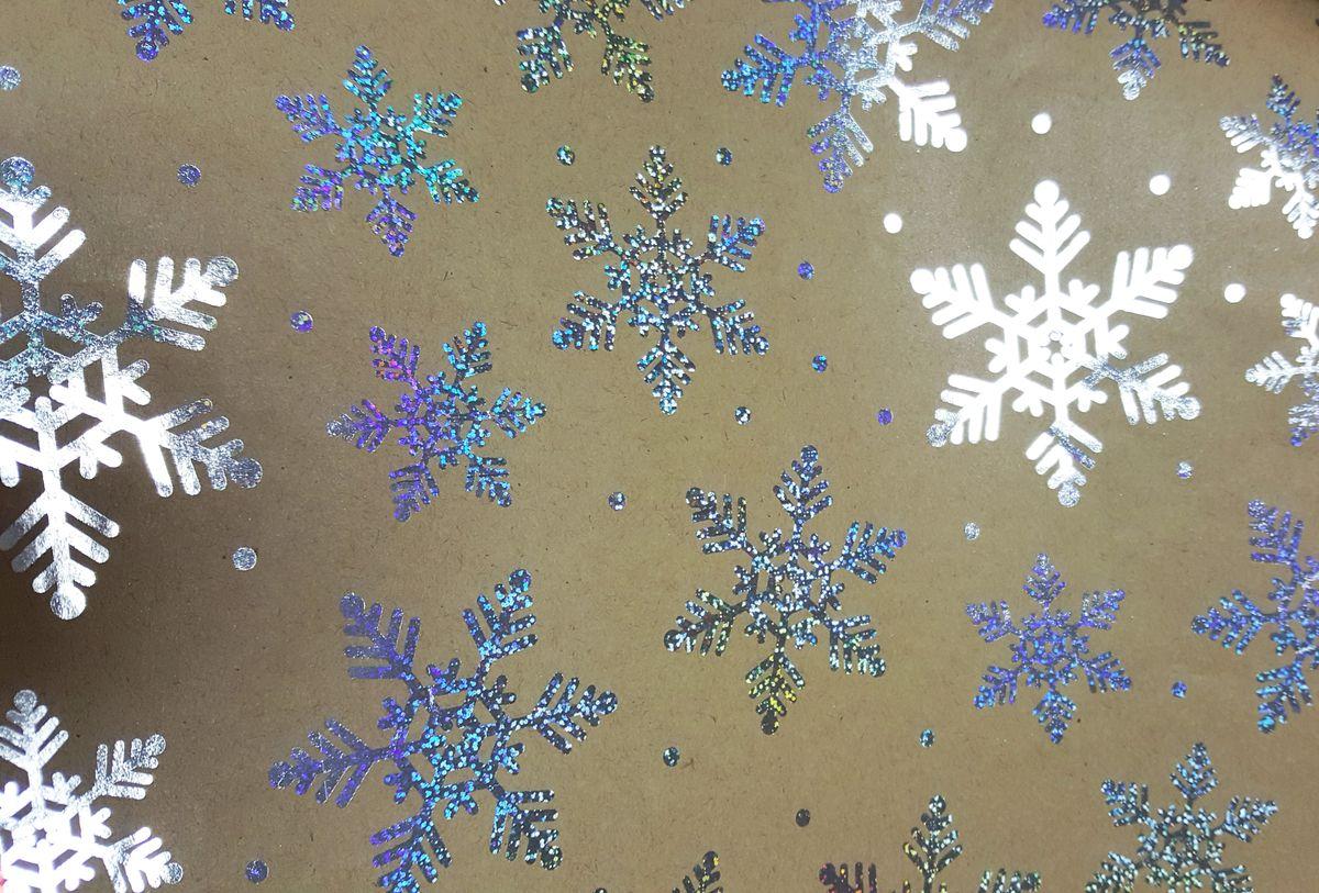 Крафт бумага Magic Time Серебряные снежинки, немелованная, 100 х 70 см76694Крафт бумага для сувенирной продукции СЕРЕБРЯНЫЕ СНЕЖИНКИ от Magic Time - это стильный и практичный вариант упаковки подарка. Авторский дизайн, красочное изображение, тематический рисунок - все слагаемые оригинального оформления подарка. Окружите близких людей вниманием и заботой, эффектно вручив презент в нарядном, праздничном оформлении.