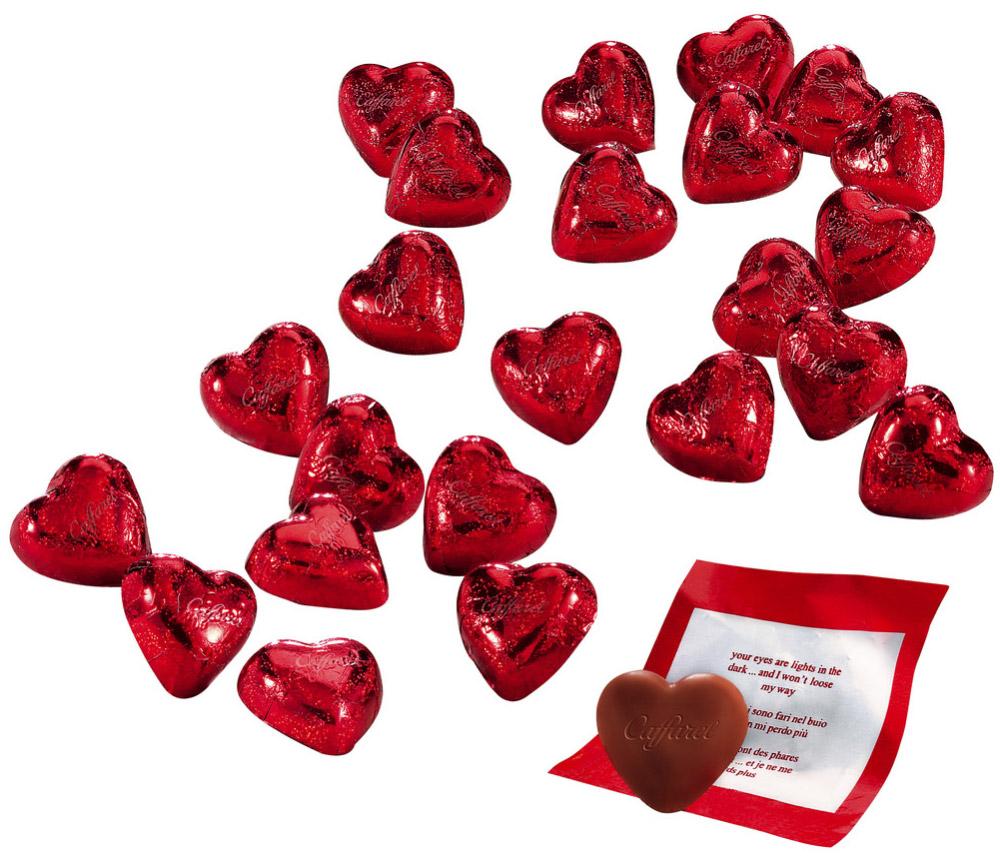 Caffarel Любовное послание конфеты из молочного шоколада в форме сердца, 1 кгМС-00002757Восхитительные конфеты из молочного шоколада в форме сердца из традиционного итальянского молочного шоколада. Станут приятным сюрпризом для родных и близких. Компания Caffarel, расположенная в Турине, пользуется бесспорной репутацией лидера на итальянском шоколадном рынке. История компании началась с того, что в конце 18 века сеньор Доре Бозелл изобрел машину по измельчению и смешиванию какао-бобов. В 1826 году Пьер Поль Каффарель приобрел это изобретение для своей шоколадной мастерской на улице Балбис в Сан-Донато, в Турине. Вскоре компания Caffarel выпускает свою визитную карточку - конфеты Джандуйа. Около 30 процентов этой конфеты состояло из перемолотых лесных орехов. Свое название конфеты получили по имени карнавального персонажа-марионетки Джандуйа (GIANDUJA), олицетворяющего образ коренного жителя Пьемонта - итальянской области. Форма конфет так же была связанна с куклой, в основу конфет была положена треугольная шляпа персонажа.В 1865 году во время карнавала Каффарель угощал всех желающих своим новым изобретением от лица куклы Джандуйа. Конфеты пришлись по вкусу всем участникам карнавала, а начинка из перемолотых орехов вскоре получила имя - пралине.