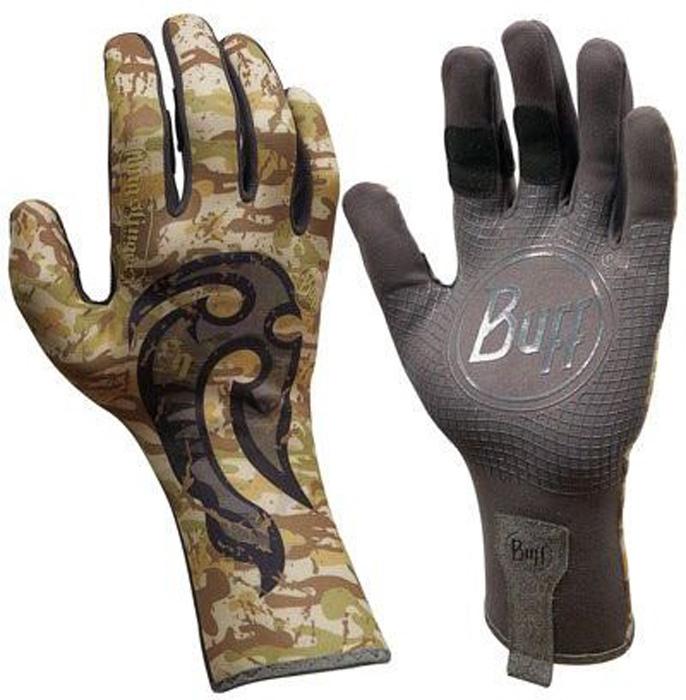 Перчатки рыболовные Buff MXS BS Maori Hook, цвет: хаки камуфляж. 15239. Размер M/L (7,5-8)MXS BS Maori HookТехнологичные рыболовные перчатки MXS BS Maori Hook выполнены из стрейчевой ткани, комфортно облегающей кисть руки. Ладонь перчатки покрыта силиконовым принтом. Перчатки защищают от проникновения влаги и физических повреждений кожи. Полностью закрытые пальцы обеспечивают лучшую защиту. Фактор защиты от солнца UPF 50+. Перчатки имеют удлиненную манжету.