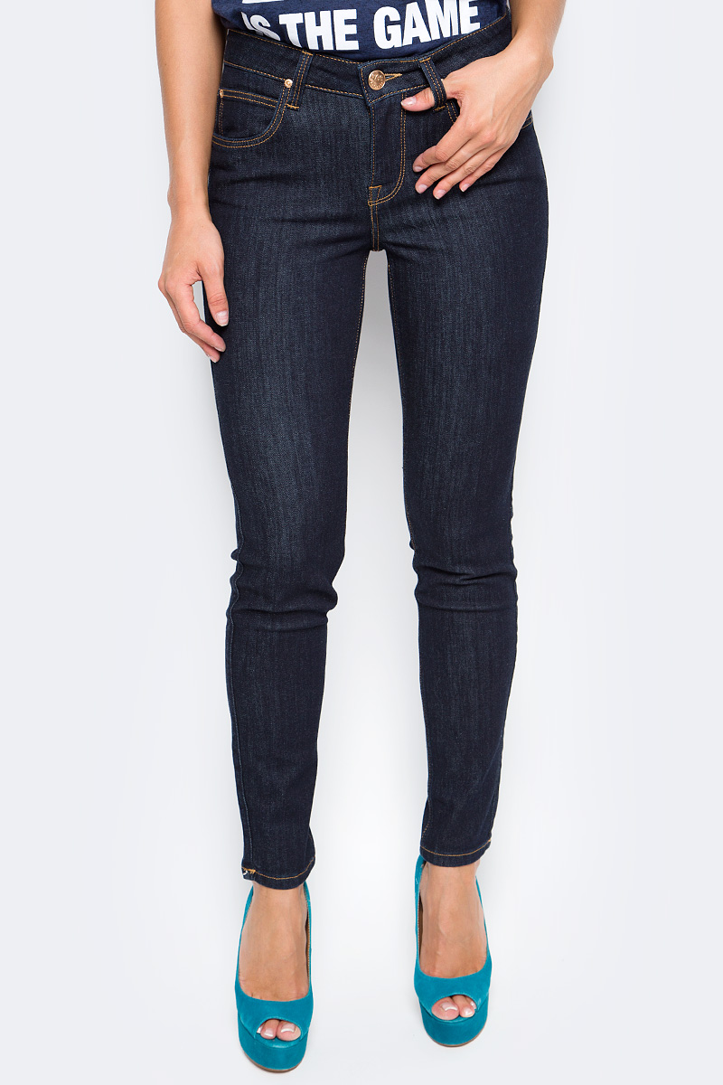 Джинсы женские Lee, цвет: синий. L526SV45. Размер 24-31 (40-31)L526SV45Женские джинсы Lee выполнены из высококачественного материала. Зауженные к низу джинсы классической посадки застегиваются на пуговицу в поясе и ширинку на застежке-молнии, имеются шлевки для ремня. Джинсы имеют классический пятикарманный крой: спереди модель дополнена двумя втачными карманами и одним маленьким накладным кармашком, а сзади - двумя накладными карманами.