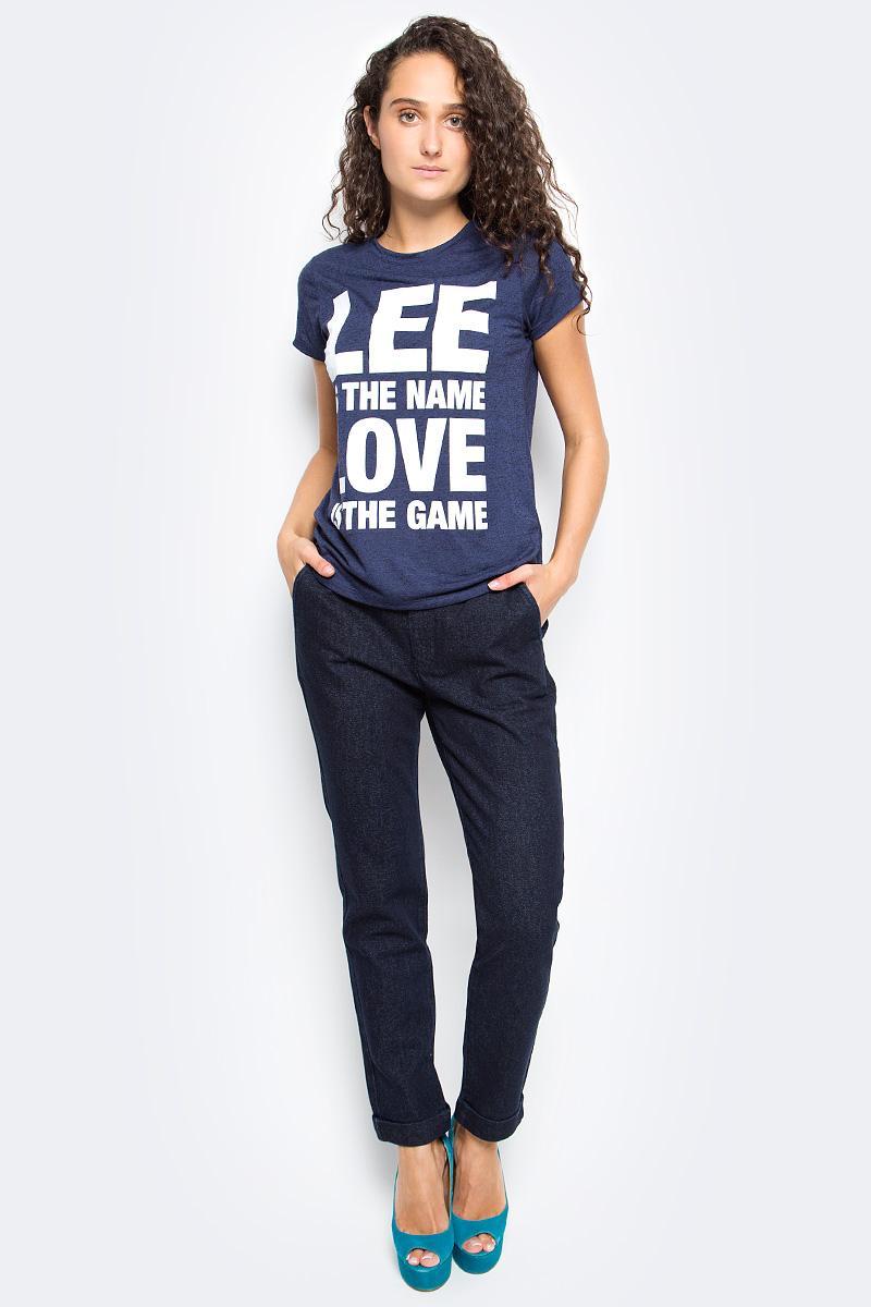 Футболка женская Lee, цвет: синий. L40HDI13. Размер XS (40/42)L40HDI13Женская футболка Leeс коротким рукавом и круглым вырезом горловины выполнена из полиэстера с добавлением льна. Модель оформлена спереди крупной надписью.