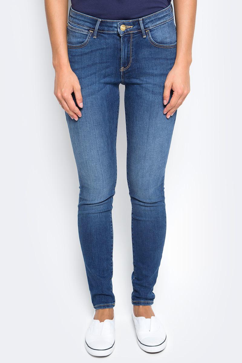 Джинсы женские Wrangler, цвет: синий. W28KX785U. Размер 28-32 (44-32)W28KX785UЖенские джинсы Wrangler выполнены из высококачественного материала на основе хлопка. Джинсы застегиваются на пуговицу в поясе и ширинку на застежке-молнии, дополнены шлевками для ремня. Спереди модель дополнена двумя втачными карманами, одним маленьким накладным, а сзади - двумя накладными карманами.
