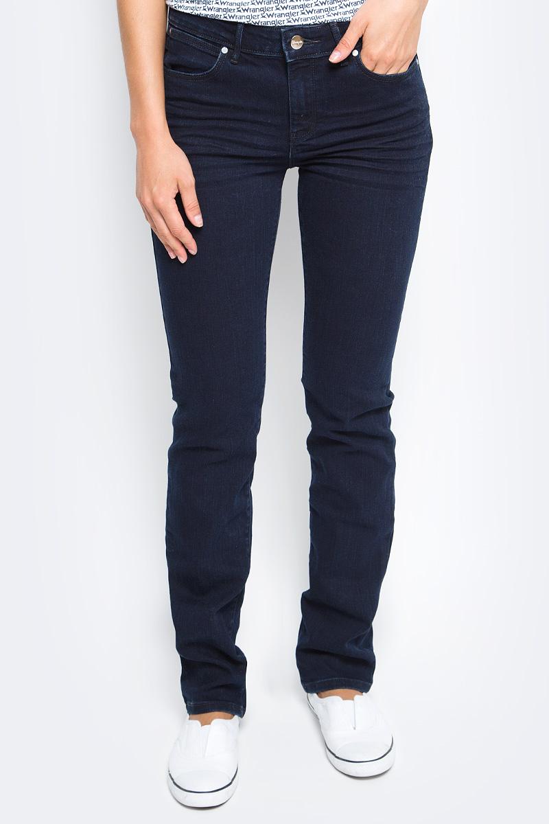 Джинсы женские Wrangler Straight, цвет: темно-синий. W28TQC51L. Размер 26-32 (42-32)W28TQC51LЖенские джинсы Wrangler Straight выполнены из высококачественного эластичного хлопка с добавлением полиэстера. Прямые джинсы стандартной посадки застегиваются на пуговицу в поясе и ширинку на застежке-молнии, дополнены шлевками для ремня. Джинсы имеют классический пятикарманный крой: спереди модель дополнена двумя втачными карманами и одним маленьким накладным кармашком, а сзади - двумя накладными карманами.