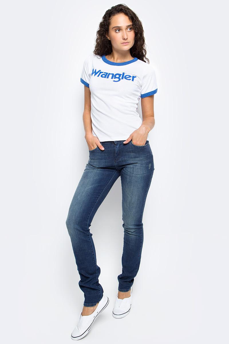 Джинсы женские Wrangler, цвет: синий. W28L9199G. Размер 27-30 (42/44-30)W28L9199GЖенские джинсы Wrangler выполнены из высококачественного материала на основе хлопка. Джинсы застегиваются на пуговицу в поясе и ширинку на застежке-молнии, дополнены шлевками для ремня. Спереди модель дополнена двумя втачными карманами, одним маленьким накладным, а сзади - двумя накладными карманами. Изделие дополнено декоративными потертостями.