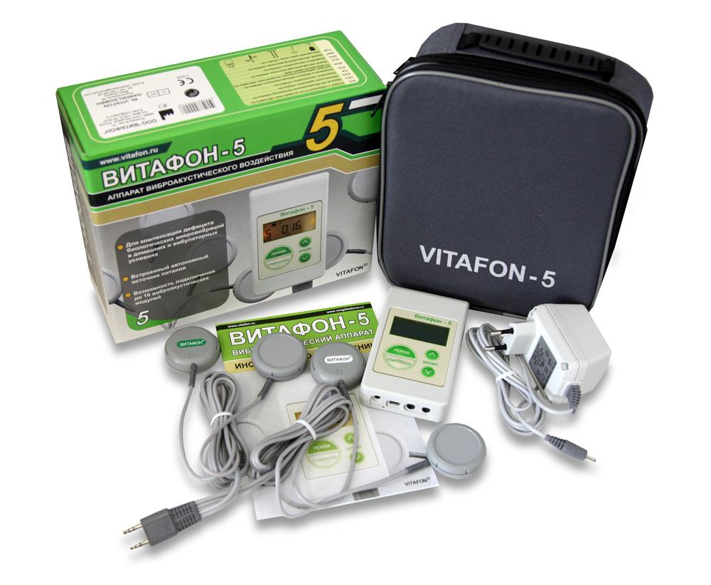 Аппарат виброакустического воздействия Витафон-51821Витафон-5 – улучшенная модель аппаратов серии «Витафон». В ней максимально удовлетворены пожелания пользователей. Витафон-5 наиболее адаптирован для самостоятельного применения без посторонней помощи.Преимущества модели Витафон-5:Позволяет одновременно фонировать 6 одиночных областей и три парные области с помощью основного комплекта и 20 одиночных областей (10 парных или 5 счетверенных) с помощью Матраца ОРПО.Девять режимов специальной модуляции амплитуды микровибрации (патент РФ) обеспечивают более выраженный эффект лимфодренажа.Может работать отдельно от сети при заряженном встроенном аккумуляторе. Полного заряда аккумулятора хватает на 1.5 - 8 часов фонирования в зависимости от количества подключенных виброфонов.Запоминает режим и длительность последней процедуры.Удобная цветная маркировка мощности виброфонов.Наличие удобной сумки для хранения аппарата. Комплектация: Блок управления, два сдвоенных виброфона типа В1 (с белой маркировкой), два сдвоенных виброфона типа В2 (с зеленой маркировкой), два разветвителя, сумка для хранения аппарата и блок питания. По функциональным возможностям вариант 2 соответствует трем аппаратам «Витафон-Т».