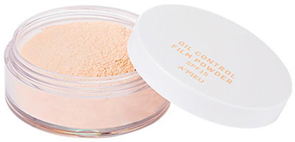 APieu Рассыпчатая матирующая пудра SPF 15, натуральный бежевый, 6 г16612Обновленная версия APieu Oil Control Film Powder – пудра натурального бежевого оттенка, идеально покрывающая кожу, создающая безупречный и максимально естественный макияж. Пудра мельчайшего помола нежно обволакивает кожу, позволяет визуально сгладить неровный тон и текстуру кожу, поглощает излишки кожного себума и матирует, а также закрепляет макияж, благодаря чему он держится дольше, а лицо остается свежим и ухоженным. В составе пудры комплекс натуральных компонентов, которые делают средство безопасным для кожи: оказывают увлажняющее и успокаивающее действие, предупреждают появление сухости и шелушений, постепенно улучшают состояние кожи. Экстракт зеленого чая увлажняет кожу, оказывает противовоспалительное действие, ускоряет заживление раздражений, устраняет покраснения, сужает поры и регулирует деятельность сальных желез, улучшает цвет лица. Благодаря кофеину, содержащемуся в зеленом чае, повышается эластичность капилляров, улучшается кровообращение, повышается упругость кожи, разглаживаются морщины. Экстракт ромашки благотворно воздействует на кожу, так как обладает бактерицидными, противоаллергенными и противовоспалительными свойствами, защищает от действия ультрафиолетовых лучей, улучшает обмен веществ в слоях эпидермиса, увеличивает доступ кислорода к клеткам. Благодаря природным органическим кислотам мягко осветляет кожу. Экстракт лаванды очищает и питает кожу, оказывает увлажняющее, освежающее и успокаивающее действие, устраняет раздражения и шелушения. Улучшает микроциркуляцию и обменные процессы, структуру кожи, способствует синтезу протеинов, укрепляет структуру клеток, ускоряет выработку собственных керамидов для усиления и повышения плотности межклеточного вещества. Аромат лаванды нежный и притягательный, способствует расслаблению, нормализует сон и успокаивает.