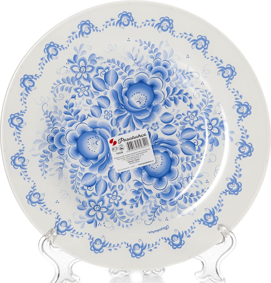 """Тарелка обеденная Pasabahce """"Гжель"""" выполнена из качественного упрочненного стекла и украшена рисунком гжель. Тарелка прекрасно подойдет в качестве сервировочного блюда.  Изящная тарелка прекрасно оформит праздничный стол и порадует вас и ваших гостей изысканным дизайном и формой.   Диаметр тарелки: 26 см."""