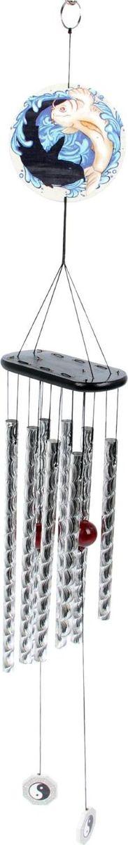 Музыка ветра Карпы, 50 х 13,5 х 6 см1807110В учении фэншуй считается, что музыка ветра — это песня удачи для каждого дома. Язычок этой конструкции ударяет по полым трубочкам, и талисман издаёт красивую нежную мелодию, которая не раздражает слух и наполняет окружение положительной энергией Ци. Рекомендации: Располагайте музыку ветра в дверном проёме или над окном, чтобы она улавливала каждую вибрацию и периодически пела. Не вешайте изделие над головой или над местом, где кто-то спит. Такой оберег маленького размера может не справиться с обилием негативной энергии, поэтому для среднестатистического помещения необходим талисман длиной 15–20 см.