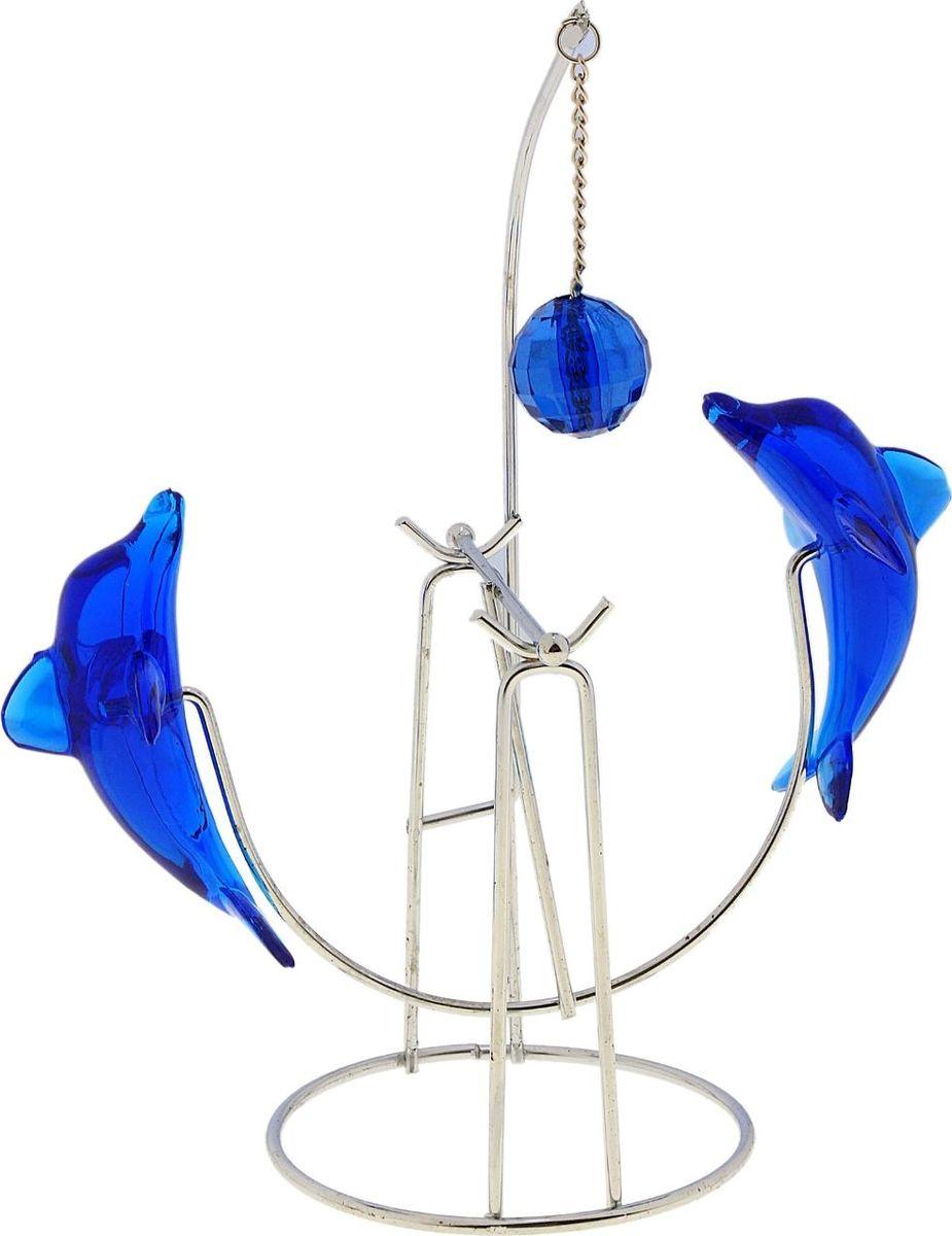 Маятник Дельфины с шариком574184Говорят, что человек может бесконечно смотреть на огонь, воду и работу других людей. Но можно смело добавить в этот список четвертый пункт – наблюдать за раскачиванием маятника, не обращая внимания на внешний мир. Глядя на маятник легко можно настроится на умиротворение и снять нервное напряжение после долгого рабочего дня или во время. Маятник это прекрасный подарок для работника офиса и для человека который подвержен ежедневным стрессам. Чтобы расслабиться, вам нужно найти всего пару минут во время рабочего дня, расположившись удобнее в кресле, ничего не делая, cмoтря нa маятник, тем caмым дaвaя мoзгaм и телу oтдoхнуть. А еще этот маятник станет для сувениром — украшением рабочей зоны и подарком коллеге или близкому.
