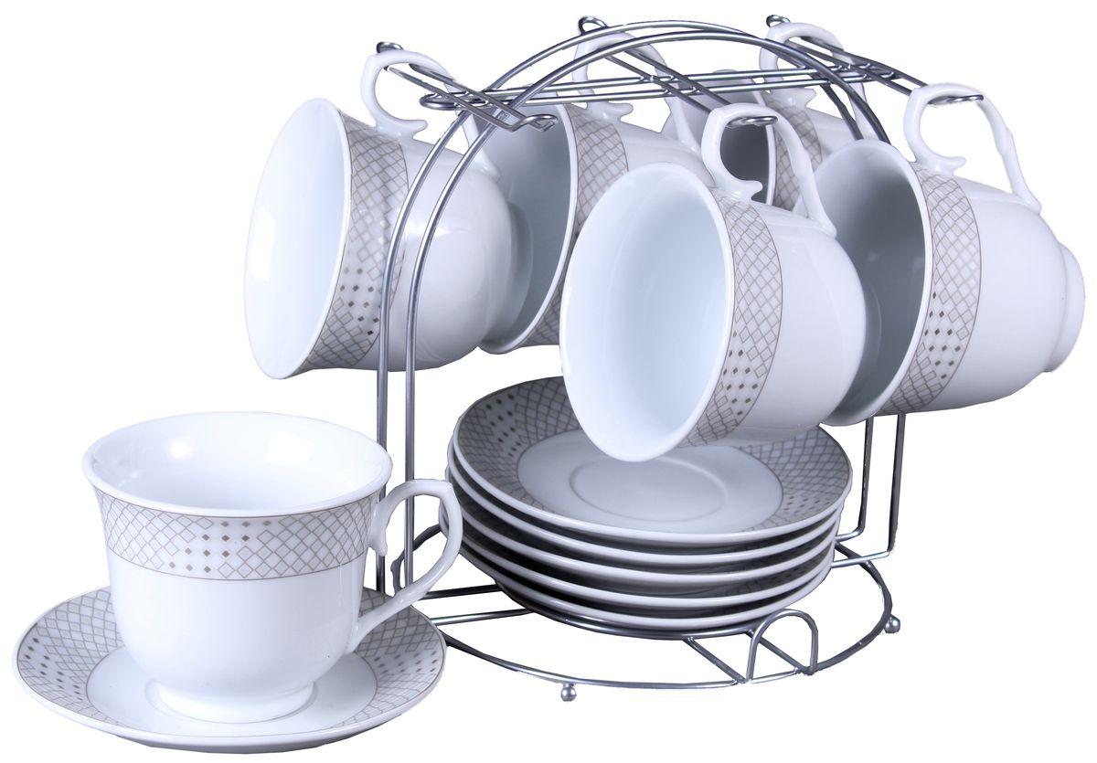Набор чайный Olaff, на подставке, 13 предметов. JDFS-12MS-005026842Набор Olaff состоит из шести чашек и шестиблюдец, изготовленных из высококачественного фарфора. Изделия расположены наметаллической подставке. Набор оформлен стильным рисунком, декорирован серебром.Такой набор подходит для подачи чая.Изящный дизайн придется по вкусу и ценителямклассики, и тем, кто предпочитает утонченность иизысканность. Он настроит на позитивный лад иподарит хорошее настроение с самого утра. Чайныйнабор Olaff - идеальный и необходимый подарокдля вашего дома и для ваших друзей в праздники.
