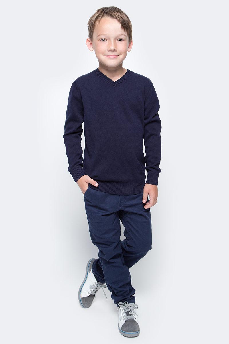 Джемпер для мальчика Sela, цвет: темно-синий. JR-814/094-7340. Размер 152JR-814/094-7340Классический джемпер для мальчика Sela станет отличным дополнением к повседневному гардеробу каждого мальчика. Модель прямого кроя с длинными рукавами изготовлена из натурального хлопкового трикотажа мелкой вязки. V-образный вырез горловины, манжеты рукавов и низ изделия связаны резинкой. Модель подойдет для школы, прогулок и дружеских встреч и будет отлично сочетаться с джинсами и брюками.