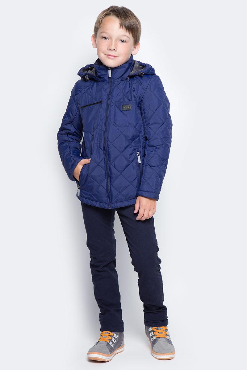 Куртка для мальчика Boom!, цвет: темно-синий. 70014_BOB_вар.1. Размер 98, 3-4 года70014_BOB_вар.1Стильная куртка для мальчика Boom! изготовлена из 100% полиэстера. В качестве утеплителя используется синтепон - 100% полиэстер. Куртка с съемным капюшоном застегивается на пластиковую застежку-молнию с защитой подбородка. Капюшон регулируется при помощи эластичного шнурка со стопперами. По бокам предусмотрены два прорезных кармана на застежках-молниях и два накладных кармана на груди.