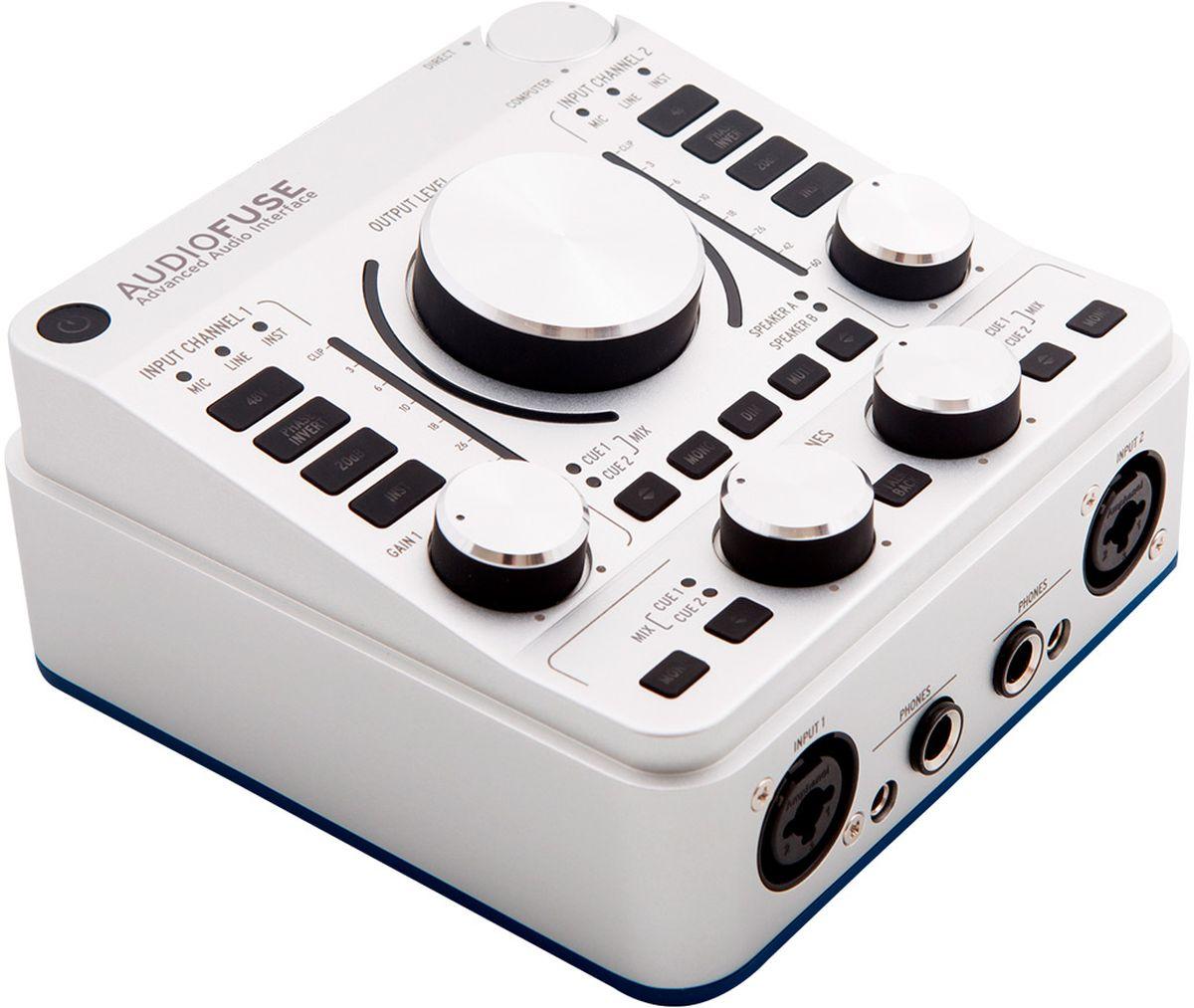 Arturia Audiofuse, Classic Silver аудиоинтерфейсMCI53478Arturia Audiofuse - это революционный профессиональный аудиоинтерфейс, определивший новые стандартыобработки сигнала, удобства работы со звуком и рентабельности.Технология DiscretePRO обеспечивает качество звука, сравнимое со студийной аналоговой консолью класса High- End. Мобильные размеры, надёжность конструкции и солидный набор входов-выходов позволит вам подключитьлюбые устройства — как на сессии звукозаписи, так и живом выступлении.DiscretePRO — это продвинутая технология усиления слабого микрофонного сигнала до рабочего, линейногоуровня без привнесения каких-либо шумов или искажений.Arturia сделала AudioFuse удобным именно для вашего творческого процесса. Лишь пара кликов — и любая вашазадумка будет мгновенно реализована:Выберите нужный вход. Направьте сигнал на желаемую акустическую систему. Отрегулируйте громкость канала отдельной ручкой. Готово!Никаких меню. Никаких сложностей. Каждая функция — на расстоянии клика.AudioFuse предлагает сверхнадёжное подключение любых аудиоустройств и стабильную работу с любымиоперационными системами. Каждый аудиоинтерфейс проходит жёсткое тестирование перед отправкойпокупателю, а индивидуальные результаты тестов прилагаются в комплекте.Встроенный в верхнюю панель микрофон и функция Talkback 2 фирменных микрофонных предусилителя с технологией DiscretePRO Отдельные каналы Master и Monitor mix