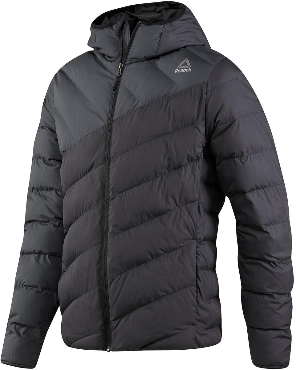 Куртка мужская Reebok Od Dwnlk Jckt, цвет: черный, серый. BR0451. Размер M (48/50)BR0451Мужская стеганая куртка Reebok выполнена из полиэстера. В качестве подкладки и утеплителя используется полиэстер. Модель с несъемным капюшоном застегивается на застежку-молнию. Спереди расположено два прорезных кармана. Куртка дополнена логотипом бренда.