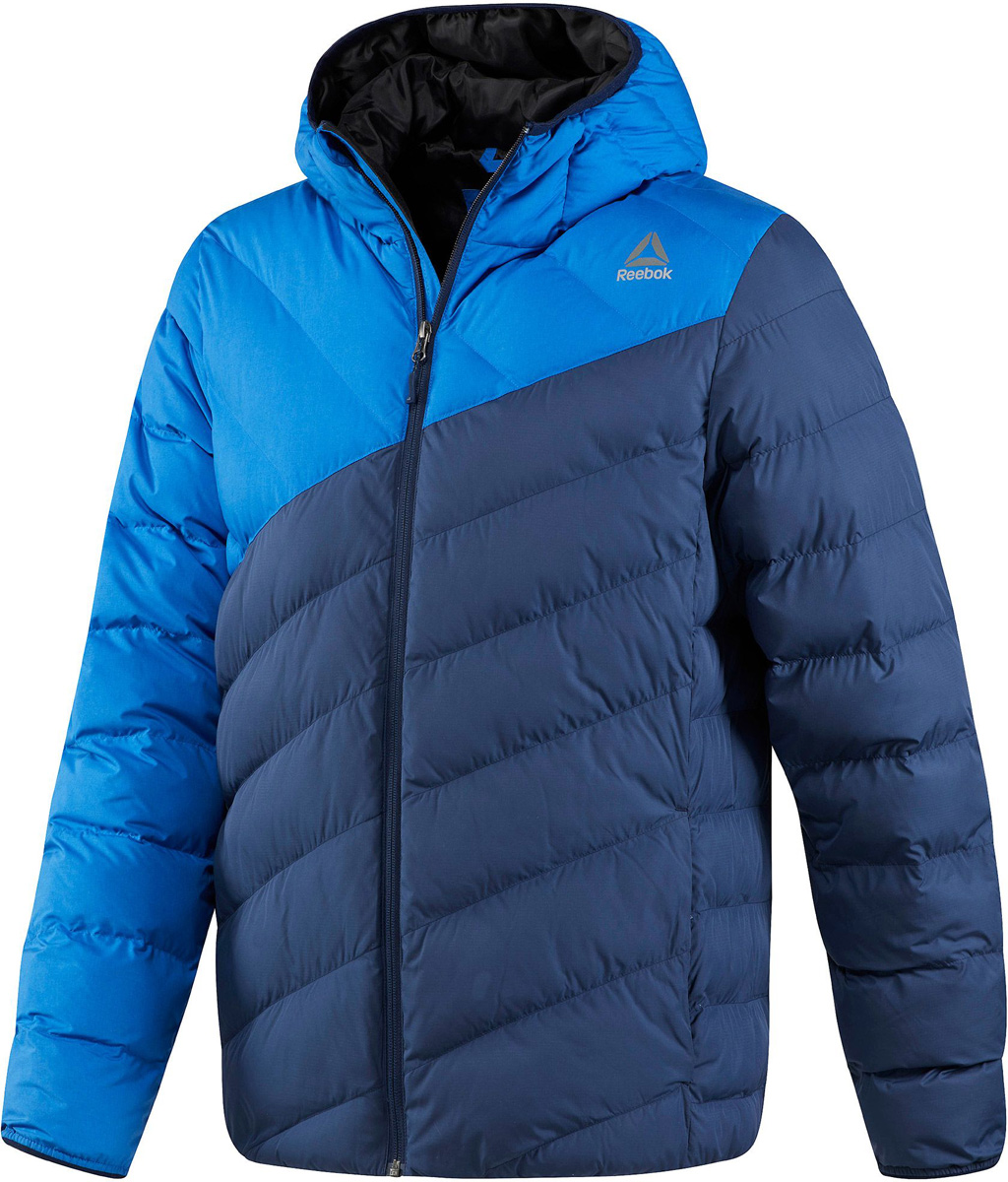 Куртка мужская Reebok Od Dwnlk Jckt, цвет: синий, голубой. BR0454. Размер M (48/50)BR0454Мужская стеганая куртка Reebok выполнена из полиэстера. В качестве подкладки и утеплителя используется полиэстер. Модель с несъемным капюшоном застегивается на застежку-молнию. Спереди расположено два прорезных кармана. Куртка дополнена логотипом бренда.
