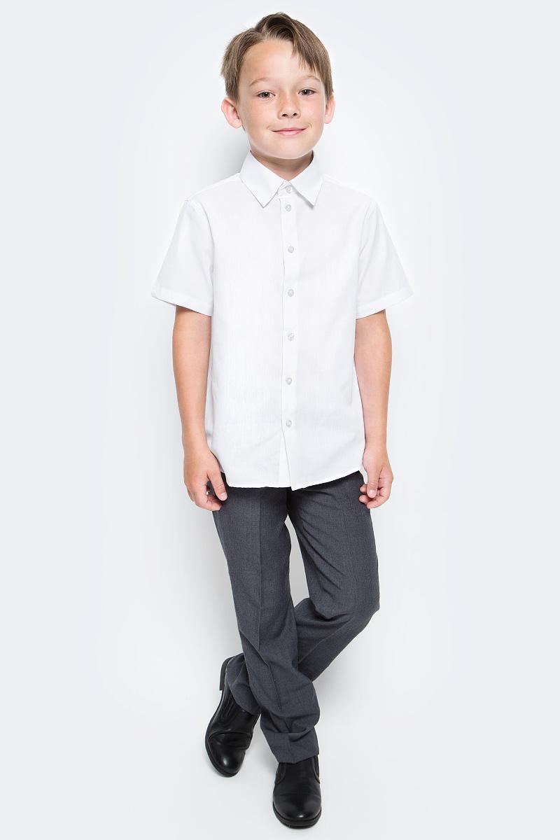 Рубашка для мальчика Button Blue, цвет: белый. 217BBBS23020200. Размер 152, 12 лет217BBBS23020200Рубашка для мальчика - основа повседневного школьного образа! Школьные рубашки от Button Blue - это качество и комфорт, отличный внешний вид, удобство в уходе, высокая износостойкость. Рубашка с короткими рукавами и отложным воротничком застегивается на пуговицы. Готовясь к школьному сезону, вам стоит купить рубашки в трех-четырех цветах, чтобы разнообразить будни ученика.
