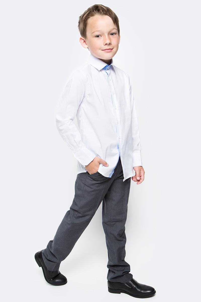 Рубашка для мальчика Gulliver, цвет: белый. 217GSBC2314. Размер 134217GSBC2314Строгая, лаконичная, элегантная рубашка для школы от Gulliverнастроит на серьезный и ответственный подход к делу. Хороший состав, качество и текстура ткани, модный силуэт, актуальная форма воротника делают рубашку отличным решением на каждый день, позволяющим ребенку чувствовать себя уверенно и достойно. Деликатная отделка: контрастная внутренняя планка и стойка, фирменная вышивка на манжете придают модели индивидуальные черты, не нарушая школьного дресс-кода. Купить рубашку стоит вместе с темным или ярким галстуком для создания завершенного образа ученика.