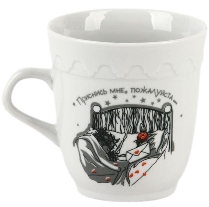 """Красивая фарфоровая кружка способна скрасить любое чаепитие. Посуда из такого материала позволяет сохранить истинный вкус напитка, а также помогает ему дольше оставаться теплым. Кружка  фразой """"Приснись мне пожалуйста..."""" будет хорошим подарком для влюблённых."""