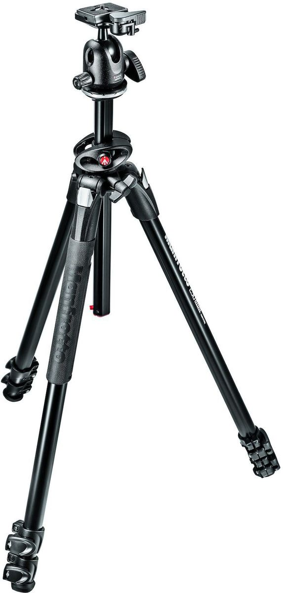 Manfrotto MK290DUA3-BH, Black штативMK290DUA3-BHШтатив Manfrotto MK290DUA3-BH сочетает в себе прочность и инновационные высококачественные характеристики. Идеальное решение для креативных фотографов любителей.Алюминиевые запорные рычаги ног с регулируемым натяжением позволяют нивелировать любые последствия использования штатива, возникающие со временем. Главной особенностью этого штатива является 90° механизм центральной колонны. Он позволяет колонне выдвигаться как в вертикальном, так и в горизонтальном положении, открывая широкий спектр вариантов кадрирования, что делает его по-настоящему универсальным.Штатив имеет 4 регулировки угла наклона ног, которые дают свободу для вашего творчества, позволяя снимать на уровне земли. Новые резиновые накладки на ноги добавляют удобство захвата и эргономичность. Штатив поставляется в комплекте с компактной и транспортабельной шаровой головой. Ее круговое движение вместе с быстросъемной площадкой позволяют быстро и просто выстроить кадр. Голова и площадка полностью изготовлены из алюминия и дополнены механизмом настройки трения, что позволяет фотографам вносить мелкие изменения в композицию даже при использовании тяжелого оборудования.