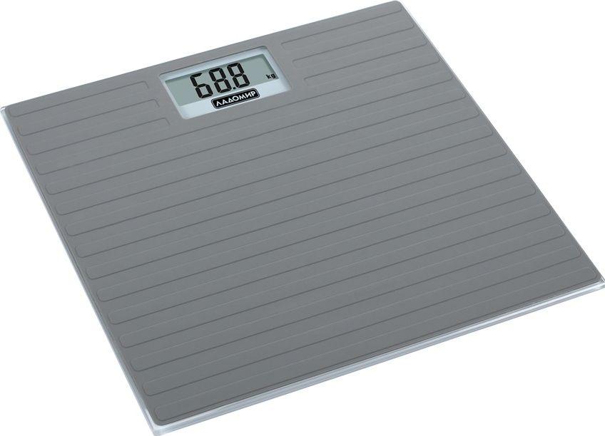 Ладомир НА102 весы напольныеНА102Забота о здоровье начинается с поддержания тела в хорошей форме. Контролировать свои результаты гораздо удобнее, зная свой вес. Вы ведете активный образ жизни? Тогда вам необходимо быть в курсе изменений вашего тела.Тонкие весы из закаленного стекла Ладомир НА102 - верный помощник в этом деле. Силиконовое покрытие платформы делает пользование весов наиболее комфортным.Высокоточные датчики определят вес через пару секунд после того, как вы на них встанете. Весы выполнены в строгом дизайне и легко впишутся в любой интерьер.Весы работают от батарейки типа СR2032