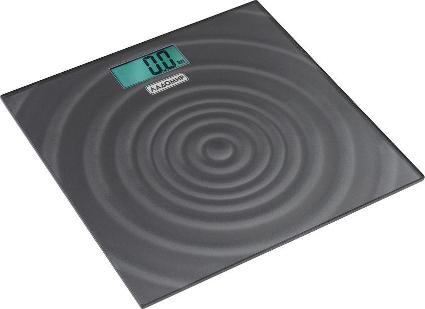 Ладомир НА104 весы напольныеНА104Весы Ладомир НА104 - надежный прибор для тех, кто заботится о здоровье. Узнайте свой вес всего за пару секунд. Прибором легко пользоваться - просто встаньте на весы и дождитесь, пока результат появится на дисплее.Приятный дизайн весов дополнит ваш интерьер. Весы изготовлены из прочного закаленного стекла, выдерживают нагрузку до 150 кг.Весы работают от батарейки типа СR2032.