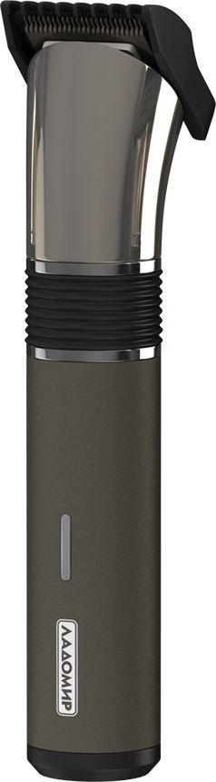 Ладомир ТА32 машинка для стрижки волосТА32Машинка, которая удивит, прежде всего, своим дизайном: без кнопок! Изделие включается одним движением руки. Такая оригинальная конструкция корпуса также позволяет лучше прорабатывать сложные участки прически (виски, область за ушами).Машинка Ладомир ТА32 обладает мощным роторным мотором, работает от аккумуляторов. Незаменима для тех, кто часто путешествует и хочет поддерживать прическу в идеальном состоянии.Лезвия из высокоуглеродистой стали точно и аккуратно работают с волосами.