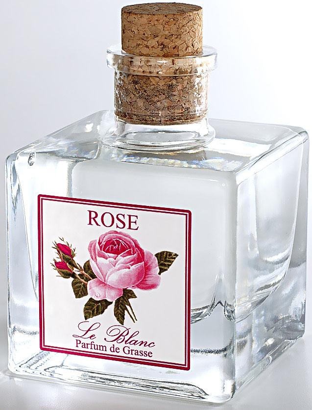 Диффузор ароматический Le Blanc Роза, 200 мл2000000003672Ароматический диффузор Le Blanc Роза наполнит дом неповторимым ароматом. Нежный, душистый, цветочный дымный, стойкий, с фруктовой ноткой - все эти прекрасные эпитеты посвящены аромату розы - истинной королевы цветов. Роза - это не только королева цветов, она ещё и королева ароматов. Она кружит голову чарующим кокетливым, нежным и тонким ароматом, воплощением женственной чувственности. Это всегда волнующий, теплый и глубокий аромат, пробуждающий душу для любви и новых впечатлений. Потрясающий запах розы всегда многогранен и наслаждаться им можно бесконечно. Диффузор, упакованный в подарочную коробку, будет отличным подарком. В комплект входит емкость с жидкостью в выбранном объеме, тростниковые палочки, картонная коробочка.