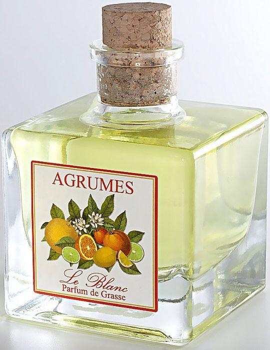 Диффузор ароматический Le Blanc Цитрусовый, 200 мл2000000003719Цитрусовый аромат невозможно спутать ни с чем другим. Он источает неповторимую свежесть, лёгкость, соблазнительность, словно молодая прекрасная девушка, пахнущая весной. Когда ощущаешь этот лёгкий и радостный аромат, то представляешь прекрасные деревья и растения, их источающие: бергамот, лемонграсс, грейпфрут, лимон, апельсин, мандарин, вербену. И в воображении перед нами предстаёт экзотическая зелёная роща, где растут эти чудесные тропические фрукты. Диффузор, упакованный в подарочную коробку, будет отличным подарком. В комплект входит емкость с жидкостью в выбранном объеме, тростниковые палочки, картонная коробочка.