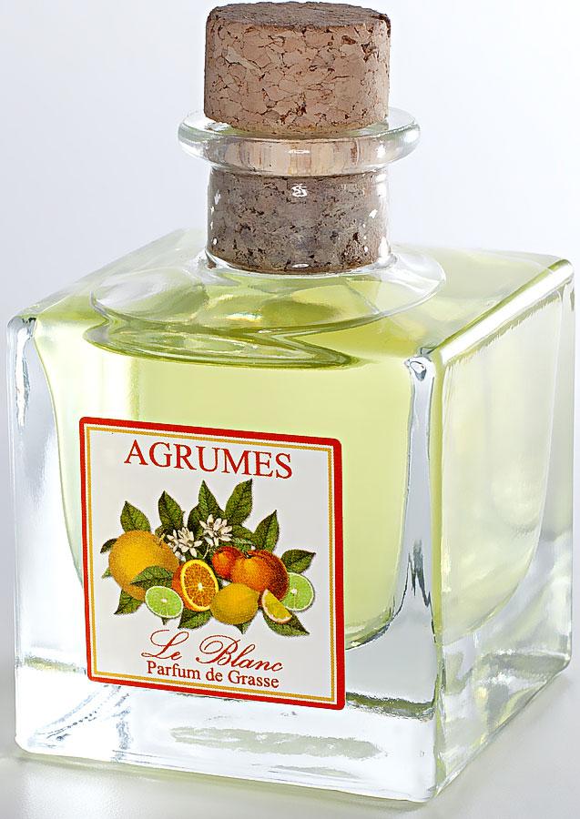 Диффузор ароматический Le Blanc Цитрусовый, 50 мл2000000050676Цитрусовый аромат невозможно спутать ни с чем другим. Он источает неповторимую свежесть, лёгкость, соблазнительность, словно молодая прекрасная девушка, пахнущая весной. Когда ощущаешь этот лёгкий и радостный аромат, то представляешь прекрасные деревья и растения, их источающие: бергамот, лемонграсс, грейпфрут, лимон, апельсин, мандарин, вербену. И в воображении перед нами предстаёт экзотическая зелёная роща, где растут эти чудесные тропические фрукты. Диффузор, упакованный в подарочную коробку, будет отличным подарком. В комплект входит емкость с жидкостью в выбранном объеме, тростниковые палочки, картонная коробочка.