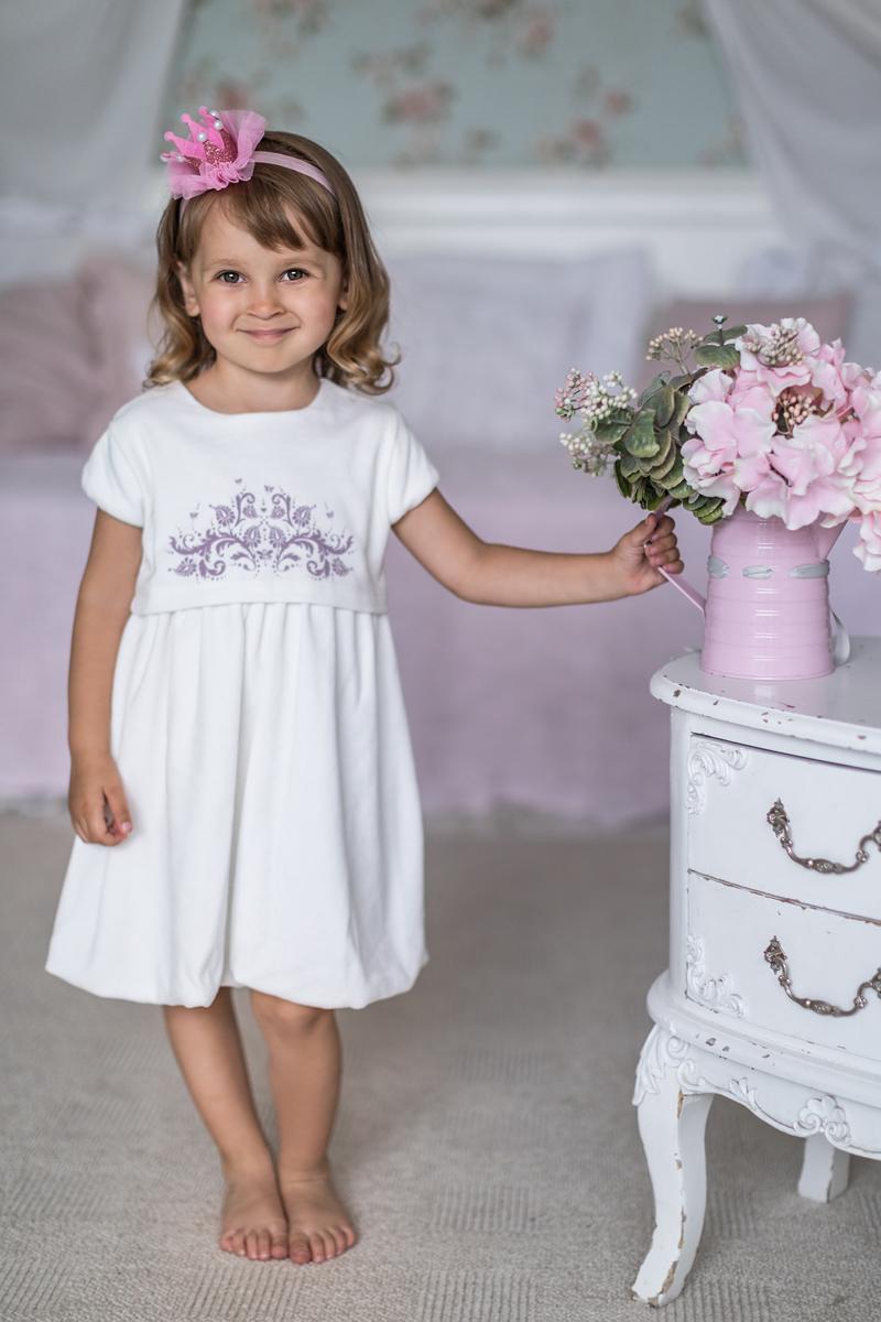 Платье для девочки Мамуляндия Ноктюрн, цвет: молочный. 17-414. Размер 7417-414Платье на подкладке с коротким рукавом выполнено из велюра. Модель с круглым вырезом горловины застегивается на кнопки.