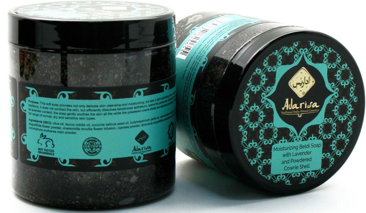 Adarisa Увлажняющее мыло-бельди с лавандой и пудрой каури, 250 млADAR0321Натуральное мягкое увлажняющее мыло-бельди бережно очистит и глубоко увлажнит нормальную, сухую и чувствительную кожу. Оно обеспечивает щадящий пилинг для всего тела, мягко отшелушивая ороговевшие клетки и максимально раскрывая поры для более интенсивного питания кожи полезными жирными кислотами. Действие компонентов• Масло лавра хорошо смягчает сухой кожный покров, а также проявляет замечательные антисептические и бактерицидные свойства. Оно успокаивающе действует на раздраженную кожу и ускоряет лечение мелких прыщиков и угревой сыпи.• Масла жожоба, ши и авокадо отвечают за интенсивное увлажнение кожи, а также поддержание ее молодости и красоты: они делают кожу плотнее и эластичнее, восстанавливая ее упругость. • Масло семян огурца и настой ромашки незаменимы для сухой и сверхчувствительной дермы: они оказывают выраженное успокаивающее воздействие, устраняя любые болезненные и дискомфортные ощущения вроде зуда и раздражений.• Молотые ракушки каури и цветы лаванды очень бережно соскабливают отмершие клетки с поверхности кожи, делая ее идеально ровной и гладкой.• Эфирное масло лаванды - природный антисептик и успокаивающее кожу средство. Оно позволяет быстрее заживлять мелкие ранки и порезы, а также снижать болезненность при воспалительных процессах на коже. • Трагакант – засохшая камедь, получаемая из стеблей и ветвей деревьев Gummi Tragacanthae. Она выступает в роли загустителя и стабилизатора состава бельди.• Пудра смолы опопанакса является природным консервантом, продлевающим срок хранения натурального мыла.