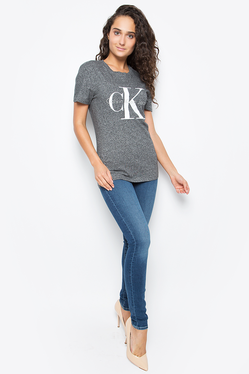 Футболка женская Calvin Klein Jeans, цвет: серый. J20J204696_9020. Размер XL (48/50)J20J204696_9020Футболка Calvin Klein Jeans выполнена из натурального хлопка и оформлена принтом с изображением логотипа бренда. Модель с круглым вырезом горловины и коротким рукавом выполнена в свободном покрое.