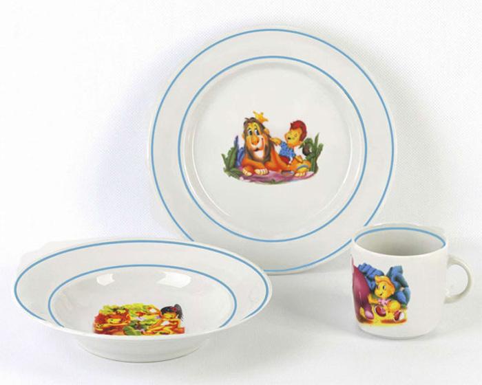 """Набор детской посуды """"Джунгли"""" изготовлен из высококачественного экологически чистого фарфора. В набор входят 3 предмета:  глубокая тарелка, тарелка десертная, кружка. Посуда оформлена красочными рисунками.  Набор, несомненно, привлечет внимание вашего ребенка и не позволит ему скучать. Порадуйте своего ребенка этим замечательным набором!"""