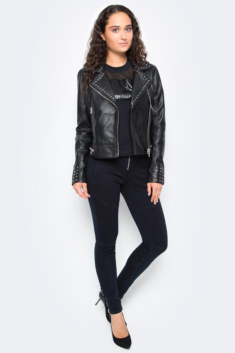 Куртка женская Calvin Klein Jeans, цвет: черный. J20J205370_0990. Размер M (44/46)J20J205370_0990Удобная женская куртка Calvin Klein согреет вас в прохладную погоду и позволит выделиться из толпы. Модель с длинными рукавами и отложным воротником выполнена из натуральной кожи и застегивается на диагональную застежку-молнию. Спереди куртка дополнена двумя втачными карманами на застежках-молниях. Модель оформлена на воротнике и манжетах металлическими клепками. Низ модели дополнен декоративной молнией.