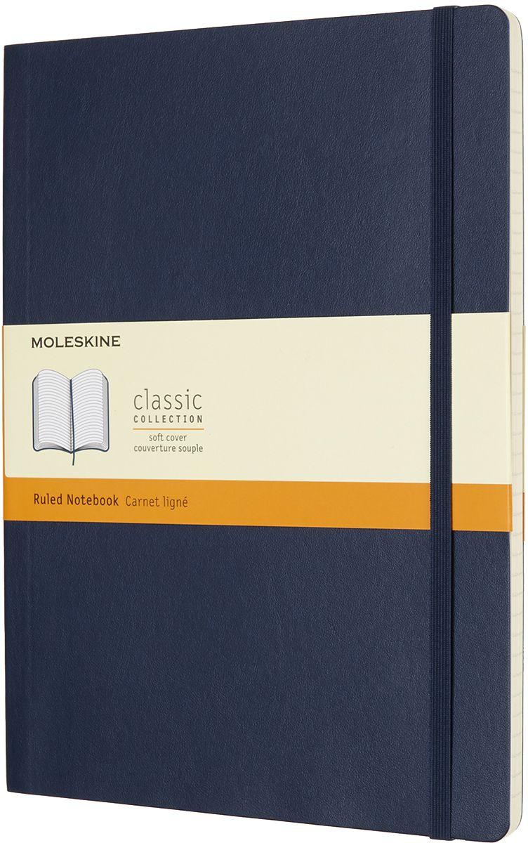 Moleskine Записная книжка Classic Soft Xlarge 96 листов в линейку цвет синийQP621B20Записная книжка Moleskine Classic Soft имеет цветную мягкую обложку со скругленными углами и обладает всеми преимуществами легендарной записной книжки Moleskine. Обложка гибкая и прочная. Плотные бумажные страницы только и ждут того, чтобы вы заполнили их своими идеями. Записная книжка дополнена лентой-закладкой, эластичной застежкой и вместительным внутренним карманом, куда вложена открытка с историей Moleskine.Эта записная книжка бесспорно станет надежным спутником в путешествии и поможет сохранить яркие впечатления, воспоминания и наблюдения.