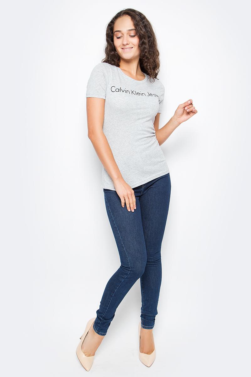 Джинсы женские Calvin Klein Jeans, цвет: синий. J20J206125_9143. Размер 27 (40/42)J20J206125_9143Стильные женские джинсы Calvin Klein выполнены из высококачественного материала. Модель прямого кроя со станартной посадкой. Джинсы застегиваются на металлическую пуговицу в поясе и ширинку на застежке-молнии, имеются шлевки для ремня. Джинсы имеют классический пятикарманный крой: спереди модель дополнена двумя втачными карманами и одним маленьким накладным кармашком, а сзади - двумя накладными карманами. Изделие оформлено прострочкой и фирменной нашивкой сзади.