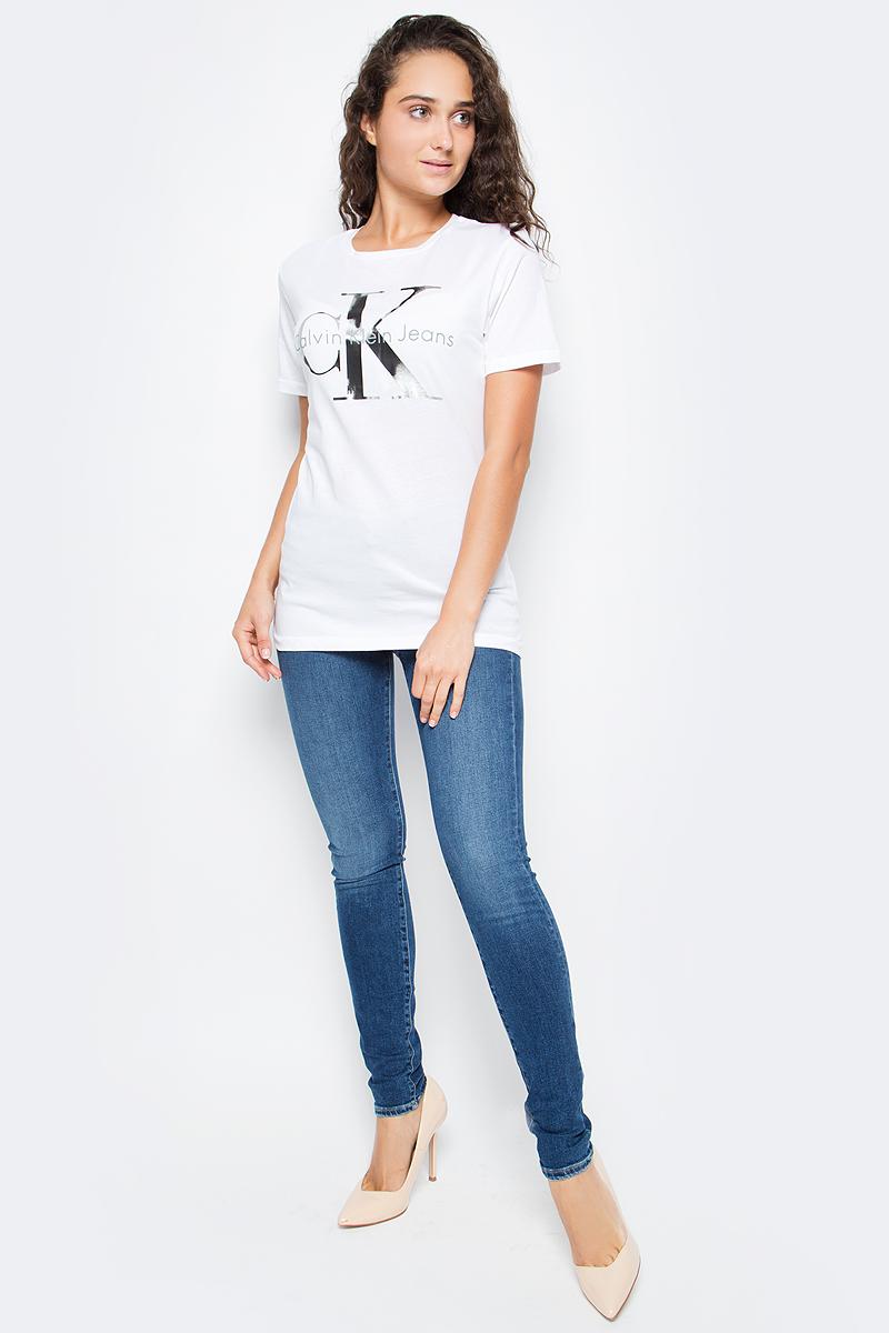 Футболка женская Calvin Klein Jeans, цвет: белый. J20J205356_1120. Размер L (46/48)J20J205356_1120Женская футболка Calvin Klein Jeans выполнена из натурального хлопка. Модель с круглым вырезом горловины и короткими рукавами оформлена оригинальным принтом. Такая футболка станет стильным дополнением к вашему гардеробу, она подарит вам комфорт в течение всего дня.,