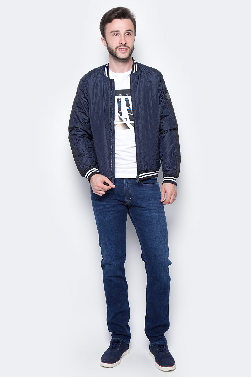 Ветровка мужская Calvin Klein Jeans, цвет: синий. J30J305621_4020. Размер XXL (52/54)J30J305621_4020Мужская ветровка Calvin Klein, изготовленная из полиэстера, оформлена прострочкой. Ветровка с длинными рукавами и круглым вырезом горловины застегивается на молнию по всей длине. Снизу модели предусмотрена широкая мягкая резинка, которая предотвращает проникновение холодного воздуха. Рукава дополнены эластичными манжетами. Горловина дополнена трикотажной эластичной резинкой. Спереди расположены два прорезных кармана на молнии.