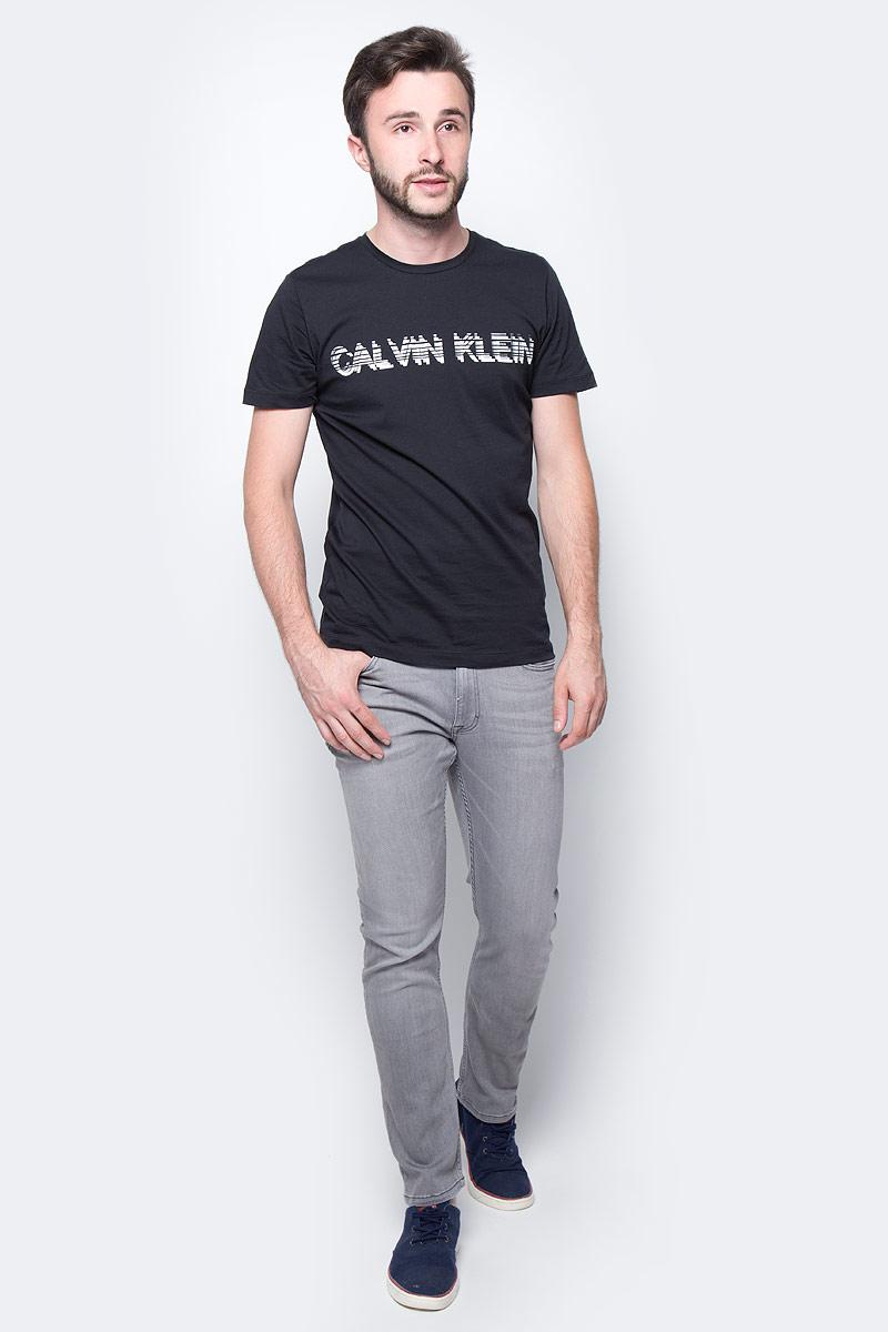 Джинсы мужские Calvin Klein Jeans, цвет: серый. J30J304701_9143. Размер 31 (46/48)J30J304701_9143Стильные мужские джинсы Calvin Klein выполнены из высококачественного материала. Модель прямого кроя со станартной посадкой. Джинсы застегиваются на металлическую пуговицу в поясе и ширинку на застежке-молнии, имеются шлевки для ремня. Джинсы имеют классический пятикарманный крой: спереди модель дополнена двумя втачными карманами и одним маленьким накладным кармашком, а сзади - двумя накладными карманами. Изделие оформлено прострочкой и фирменной нашивкой сзади.
