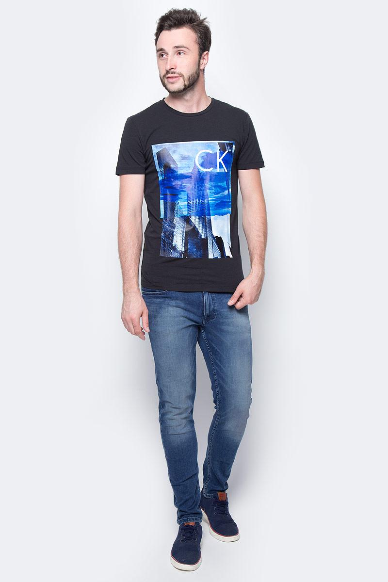Джинсы мужские Calvin Klein Jeans, цвет: синий. J30J305258_9123. Размер 32 (48/50)J30J305258_9123Стильные мужские джинсы Calvin Klein выполнены из натурального хлопка с добавлением эластана. Модель прямого кроя со стандартной посадкой. Джинсы застегиваются на металлическую пуговицу в поясе и ширинку на застежке-молнии, имеются шлевки для ремня. Джинсы имеют классический пятикарманный крой: спереди модель дополнена двумя втачными карманами и одним маленьким накладным кармашком, а сзади - двумя накладными карманами. Изделие оформлено прострочкой и фирменной нашивкой сзади.