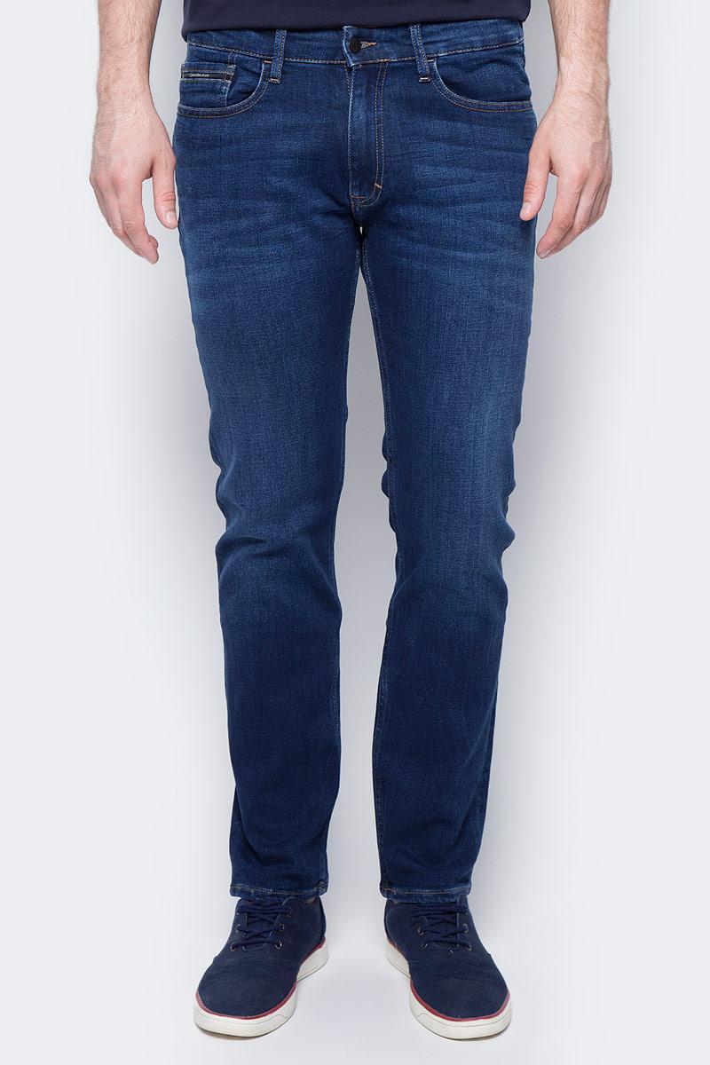 Джинсы мужские Calvin Klein Jeans, цвет: синий. J30J301412_9113. Размер 31 (46/48)J30J301412_9113Стильные мужские джинсы Calvin Klein выполнены из высококачественного материала. Модель прямого кроя со станартной посадкой. Джинсы застегиваются на металлическую пуговицу в поясе и ширинку на застежке-молнии, имеются шлевки для ремня. Джинсы имеют классический пятикарманный крой: спереди модель дополнена двумя втачными карманами и одним маленьким накладным кармашком, а сзади - двумя накладными карманами. Изделие оформлено прострочкой и фирменной нашивкой сзади.
