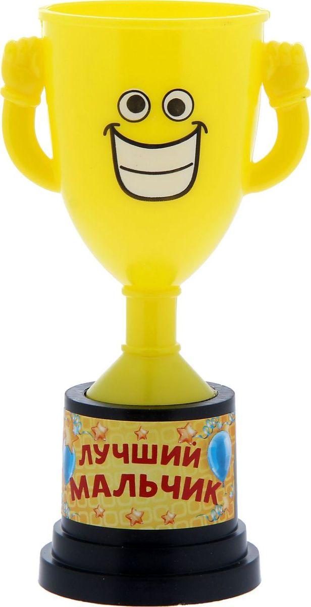 Кубок сувенирный Лучший мальчик. 12127561212756Заслуженная награда! Как же приятно, когда твои заслуги оценивают и признают! Кубок Лучший мальчик непременно порадует получателя и станет отличным напоминанием о проведённом вместе времени. Товар дополнен цветной наклейкой с названием номинации, за которую он вручается. Яркий пластиковый кубок с весёлой рожицей непременно понравится счастливому получателю. Сувенир упакован в пластиковый пакет.