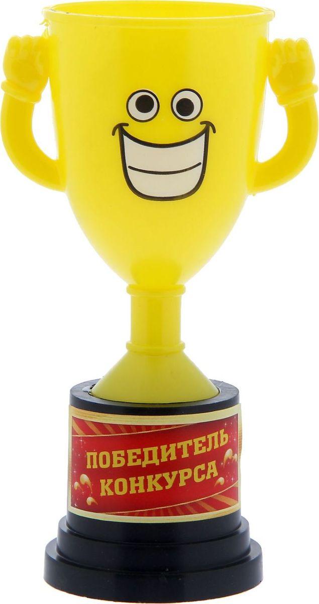 Кубок сувенирный Победитель конкурса. 12127581212758Заслуженная награда! Как же приятно, когда твои заслуги оценивают и признают! Кубок Победитель конкурса непременно порадует получателя и станет отличным напоминанием о проведённом вместе времени. Товар дополнен цветной наклейкой с названием номинации, за которую он вручается. Яркий пластиковый кубок с весёлой рожицей непременно понравится счастливому получателю. Сувенир упакован в пластиковый пакет.